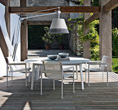 Außenbereich-Möbel-im-Tische-und-Stühle