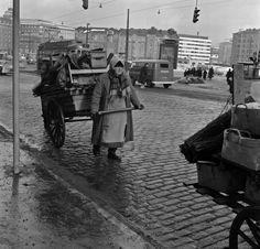 Hakaniemen torin korikauppiaat siirtämässä tavaroitaan  Kienanen 1960—1969 Helsingin kaupunginmuseo