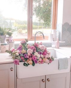 """Chloe & Matilda 🌸 on Instagram: """"When it's sinkie day on @myhousethismonth I'm just going to have to get involved! 🌸🌸🌸#myanthropologie #mybunchesofflowers #homeinspo…"""""""