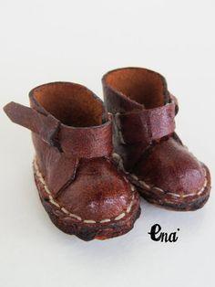 He encontrado este interesante anuncio de Etsy en https://www.etsy.com/es/listing/271596132/new-vintage-very-old-leather-shoes-for