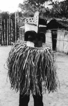louis perrois art ancestral du gabon dans les collections du musée barbier-mueller Cet homme masqué kota, probablement photographié dans les années soixante, illustre la résistance des traditions locales, soumises à la pression des civilisations occidentales (photo Marenthier, ag. Hoa-Qui). African Art, Civilization, Photography, African Artwork