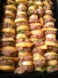 Καλημέρα σας! Τι σας έχω;;; Τι σας έχω;;; Αλλο ένα πεντανόστιμο κεμπάπ με πατάτες αυτή τη φορά που παρότι μοιάζει λίγο βαβούρι... Low Sodium Recipes, Meat Recipes, Cooking Recipes, Healthy Recipes, Healthy Food, Greek Dinners, The Kitchen Food Network, Minced Meat Recipe, Everyday Food