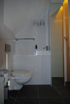 Badkamer in ruimte onder een trap Ontwerp Eugenie Hooghiemstra Uitvoering Robbin Hooghiemstra