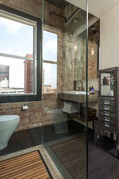 Combinaison de douche italienne au paroi transparent et mur en briques