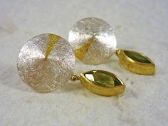 Green tourmaline. Silver earrings, gold and green tourmaline tear. Tourmaline earrings. Earrings with stone. de RosaTejadaJoies en Etsy