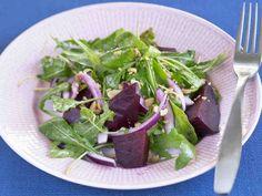 Punajuuri-suolapähkinäsalaatti