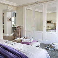 Armario empotrado, a pie de cama y con frentes de espejo