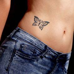Tatouage papillon sur la hanche