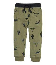Pantalon jogger en jersey avec élastique et lien de serrage à la taille. Modèle avec poches latérales et finition bord-côtes en bas de jambe. 15$