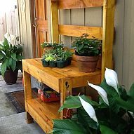 A potting bench that someone made from a pallet, nice recycling idea Old Pallets, Recycled Pallets, Wooden Pallets, Pallet Wood, Pallet Boards, Pallets Garden, Pallet Gardening, Container Gardening, Wooden Benches