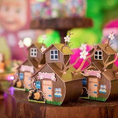 Casinha da Masha e o Urso ... vc encontra esse modelo na no nosso site, corre lá O link está em nossa Bio...... #mashaeourso #mashaeoursoparty #festamashaeourso Birthday Bag, Baby Boy Birthday, Birthday Crafts, Marsha And The Bear, Bear Party, Ideas Para Fiestas, 1st Birthdays, Birthday Party Invitations, Party Time
