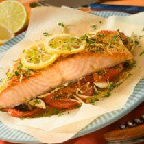An easy recipe to prepare salmon with a sauce of white wine, lemon and echallot. Fish Recipes, Seafood Recipes, Cooking Recipes, Good Healthy Recipes, Healthy Baking, Healthy Food, Salmon Empapelado, My Favorite Food, Favorite Recipes