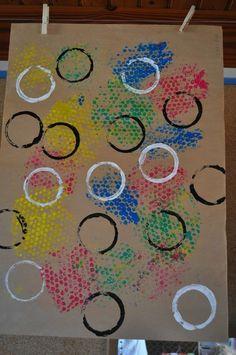 sur papier craft : papier bulle+ gouache, tampon rond +acrylique blanche et noire