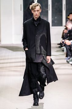 Yohji Yamamoto Fall 2019 Menswear Fashion Show Yohji Yamamoto Fall 2019 Menswear Collection - Vogue Yohji Yamamoto, Grey Fashion, Star Fashion, High Fashion, Fashion Fall, Anti Fashion, Seoul Fashion, Fashion Guide, Unisex Fashion