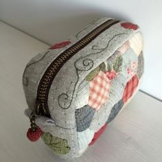 ОлесевеселО: Косметичка и брелок-коробочка Japanese Patchwork, Patchwork Bags, Quilted Bag, Fabric Wallet, Fabric Bags, Embroidery Purse, Diy Purse, Craft Bags, Purse Patterns