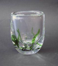 """Vase """"Sjøgress""""   Vicke Lindstrand, Kosta  Munnblåst. Massiv i klart krystall med innlagte gønne flak og luftbobler."""