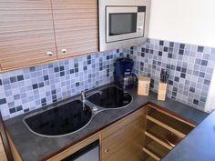 Allzeit bereit - die funktionale Küche der HausYacht. Und damit perfekt für den relaxten Yacht-Urlaub auf der Müritz.