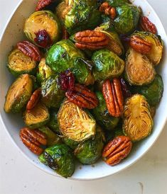 Roasted Balsamic Chilli & Maple Glazed Brussels Sprouts with Pecans & Dried Cranberries! Healthy Brussel Sprout Recipes, Shredded Brussel Sprout Salad, Sprouts With Bacon, Roasted Garlic Brussel Sprouts, Brussels Sprouts, Delicious Vegan Recipes, Healthy Recipes, Healthy Food, Eating Healthy