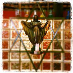 Para o nosso bem, nosso pai está livre, descrucificado. Quimeras à parte, estamos nós livres também, toda a humanidade está. A paz que reina em nossa casa é a mesma que reina em nossos corações, por isso seguimos fortes e pacíficos. A fé superou todos os medos e agora a vontade é de abrir os braços para o congá e agradecer. E também vontade de trabalhar, de tirar um pouco, a cada gira, de nós e do outro, essa tal de cruz.  Salve Oxalá. Oxaláiê babá!