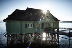 Das Aeschacher Bad in Lindau ist das Traditionsbad für Nostalgiker und eins auf Pfählen stehendes Badehaus im Bodensee.