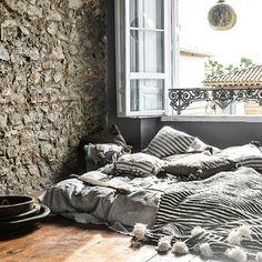 Pompom puuvilla peite isoilla tupsuilla. Käyttötarkoituksia: päiväpeitto, sängynpäällinen ja sohvanpäällinen