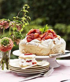 Pavlova med jordbær og dejlig flødeskum smagt til med appelsin og vanilje - en nem, smuk og lækker dessert, som vil skabe glæde. No Bake Desserts, Vegan Desserts, Delicious Desserts, Food Cakes, Cupcake Cakes, Sweet Recipes, Cake Recipes, Danish Food, Rhubarb Recipes