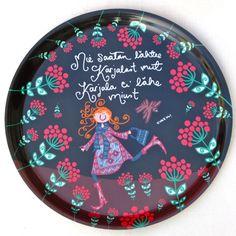 Kotimaisesta koivusta kotimaassa tehty tarjotin!   Tää on pesunkestävä :) Ajoittain voi pestä myös pesukoneessa, mutta noin normaalisti pese käsin.   Taustapuoli on myös kuvitettu ja siel on infoo Virkkukoukkusesta suomeks ja englanniks.  Tää sopii sekä tarjottimeks että tauluks :)