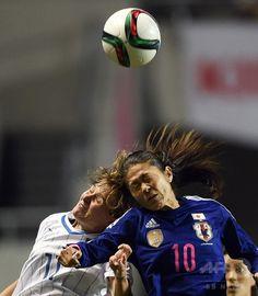 女子サッカー国際親善試合、日本対イタリア。イタリアのクリスティアナ・ジレッリ(左)とボールを競る澤穂希(2015年5月28日撮影)。(c)AFP/TOSHIFUMI KITAMURA ▼29May2015AFP|なでしこジャパン、イタリア退けW杯連覇にはずみ 国際親善試合 http://www.afpbb.com/articles/-/3050160 #friendly_match_Japan_Italy