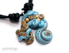 Halskette handmodellierter Zwerg- Drache aus Modelliermasse Fimo mit Steampunk Elementen