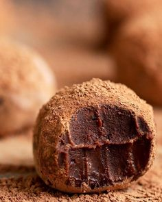 Chocolate lovers, this one's for you: 17 easy and extremely delicious homemade chocolate truffles. White Chocolate Truffles, Mint Chocolate Chips, Chocolate Chip Cookie Dough, Chocolate Desserts, Fun Desserts, Delicious Desserts, Chocolate Brownies, Chocolate Covered, Dessert Recipes
