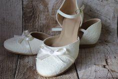 Flache und sehr bequeme Brautschuhe. Bezogen mit wunderschöner Spitze in zartem Ivory. Erhältlich in den Größen 34 bis 42. Größen 34,35, 36, 41 und 42 sind nur als Sonderanfertigungen...