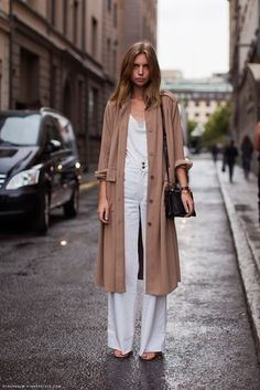 How to wear a trench coat. Photos, tips and inspiration on how to wear the season's biggest fashion trend, the trench coat. Look Fashion, Autumn Fashion, Womens Fashion, Fashion Trends, Net Fashion, Milan Fashion, Fashion Models, Streetwear, Stockholm Street Style