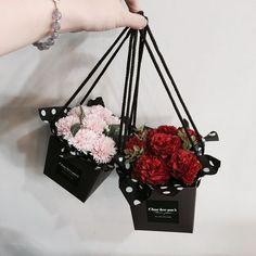 Подарунок з міні-букетом: 20 цікавих ідей | Ідеї декору How To Wrap Flowers, How To Preserve Flowers, Diy Flowers, Paper Flowers, Beautiful Flowers, Flowers Garden, Spring Flowers, Flower Box Gift, Flower Boxes