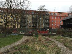Endnu et billede af den nye side af Vesterbro, med grønne arealer og lejepladser.