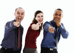 Jensen ym. (2014) mukaan työkavereiden kiusaamisen kohteiksi tiimityöskentelyssä valikoituvat ns. alisuoriutujat ja ylisuoriutujat. Suurin riski kiusatuksi tulemiselle on kuitenkin hyvin suoriutuvilla (Kim & Glomb 2014). Heikommin suoriutuvat kohtaavat useimmiten suoraa kiusaamista, kuten kiroilua, huutamista, uhkailua ja vihamielistä kehonkieltä. Hyvin suoriutuvat kärsivät sen sijaan epäsuorasta kiusaamisesta, kuten selän takana puhumisesta, välttelystä ja tiedon tai resurssien välittämättä…