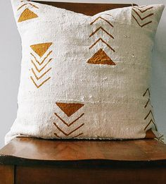 decorative pillows 323625923224322104 - Beautiful hand-dyed African mud cloth pillow, with warm tones that will accentuate any rustic home. Source by carolegluck Designer Pillow, Pillow Design, Diy Pillows, Throw Pillows, Rustic Pillows, Boho Pillows, Best Pillows For Sleeping, Beige Couch, African Mud Cloth