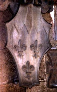 The typical testo di cavallo shield (horse-head). Possibly the arms of Dinegro: Argent three fleurs-de-lys azure and a chief emanché gules. Bargello, Florence. (photo © F. Velde)