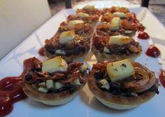 Tartaletas de morcilla con cebolla caramelizada Mediterranean Recipes, Meat Recipes, Baked Potato, Tacos, Buffet, Food And Drink, Mexican, Yummy Food, Cooking