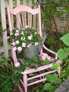 Unordinary Diy Garden Art Design And Remodel Ideas Bird Bath Garden, Pink Garden, Garden Cottage, Summer Garden, Old Rocking Chairs, Chair Planter, Vintage Garden Decor, Vintage Gardening, Garden Doors