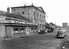 Enschede Het oude stationsgebouw in de nadagen van haar bestaan. Het is een foto uit 1950, het jaar waarin het oude station werd gesloten. My Town, Netherlands, Holland, Street View, Trains, Pictures, Historia, The Nederlands, The Nederlands