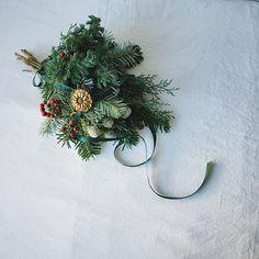 ごく普通の🎄スワッグ。 ごく普通に束ねて ごく普通に赤い実とリボンをつけて でもただひとつ違っているのは 真鍮のオーナメントメダルをつけてあげたのです。•̑‧̮•̑*¨*•.¸¸♪ #christmas #christmasswag #christmastree  #firtree #natural #natur #kinfolklife #brass  #ornament #decoration #still_life_gallery  #クリスマス #クリスマススワッグ #モミの木 #壁飾り #真鍮 #オーナメント #サンキライ  #コニファー #赤い実 #針葉樹 #スワッグ #フレッシュリース #ブルーアイス #ナチュラル