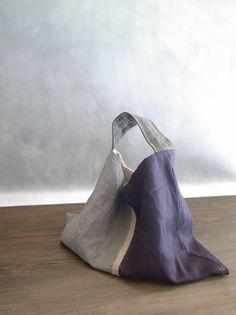 (無題ドキュメント) I like the use of linen and color blocking Triangle Bag, Origami Bag, Creative Bag, Ethnic Bag, Fabric Tote Bags, Bag Pattern Free, Linen Bag, Denim Bag, Quilted Bag