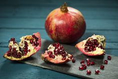 Die Paradiesfrucht gilt als Superfood, steckt immerhin voller wertvoller Mineralstoffe und Vitamine, und ist in der Küche vielseitig einsetzbar. FITBOOK verrät alles, was Sie über Granatäpfel wissen müssen. Nicht zuletzt, wie man die Dinger möglichst spritzerfrei zerlegt…