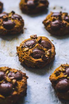 Vegan Pumpkin Walnut Cookies with Choc Buttons Sugar Pumpkin, Pumpkin Puree, Gluten Free Recipes, Vegan Recipes, Walnut Cookies, Cookery Books, Fall Treats, Chocolate Desserts, Fall Recipes