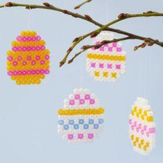 Knutselidee: Paasslinger van Strijkkralen | KNUTSELEN VOOR PASEN | Creapost Easter Crafts, Kids Crafts, Diy And Crafts, Arts And Crafts, Spring Crafts For Kids, Diy For Kids, Hama Beads Design, Paper Plate Crafts, Paper Plates
