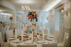 Ślubna dekoracja stołu na wysokich stojakach  Fotografia: Lens with soul Dekoracja: W roślinach Table Settings, Photo And Video, Instagram, Fotografia, Place Settings, Tablescapes