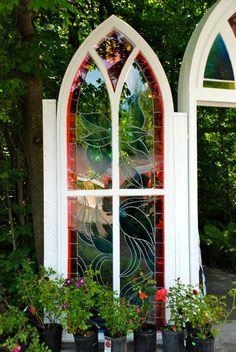 Côté de la porte de la 'cathédrale à ciel ouvert'.