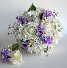 love this for a forest green, lavender, and white wedding!