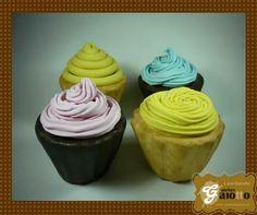 Cupcakes cenográficos, em biscuit/porcelana fria para decoração. www.facebook.com/gaiotto.atelier http://agaiotto.blogspot.com/ atelier.gaiotto@gmail.com F: (19) 3012-3588