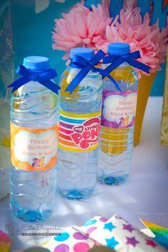 Las botellas de agua de una pequeña fiesta de cumpleaños